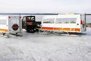 Säkerheten ses som oerhört viktig och inför helgens körningar har de borrat 150 provhål för att ta reda på isens tjocklek.