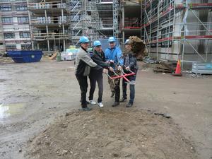 Hans Ström, Lars Tobé och Kenneth Levin, byggherrar från Realoption tar första spadtaget tillsammans med kommunalrådet Jörgen Edsvik, S.