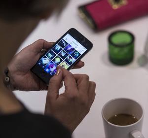 Ständigt uppdaterar vi Instagram, Twitter och Facebook i mobiltelefonen, tycker insändaren Rädd för internet.