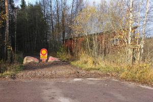 Södra vägen i Krylbo har grävts av så att inga bilar kan åka in där.