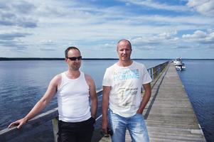 Micael Friberg och Per Ekrud blev riktiga vardagshjältar när de sent i tisdags kväll räddade livet på sin kompis som ramlat i vattnet efter att de fått problem med båten ute på Hedesundafjärden. De fick simma i över en och en halv timme för att kunna ta sig in till land.