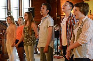 Ungdomarna sjöng Just nu av Thomas Ledin.
