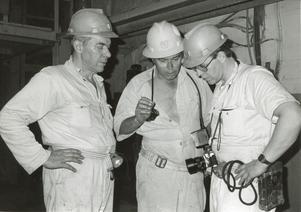 Året är 1982. Bengt Ungestål längst till höger besöker en sydafrikansk guldgruva nordost om Kapstaden. Till vänster står hans far Curt Ungestål och i mitten syns en förman som jobbar i De Beers guldgruvor.