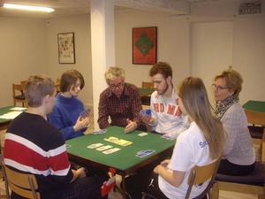 Nya bridgespelare. Markus Karlsson, Sanjin Kozomara, Emma Skålberg och Linnea Skålberg inledde sportlovet med att lära sig spela bridge. De fick instruktioner av Bengt Friberg och Margareta Svensson från ABK Singelton.