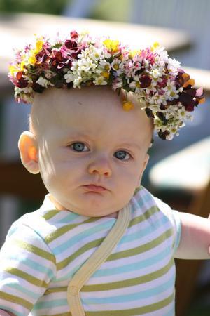 Så här fin blev Wilmer när han fick en blomsterkrans på huvudet. Blomsterkrans hade jag Elsie-Marie  (Wilmers mammas moster) gjort till honom.