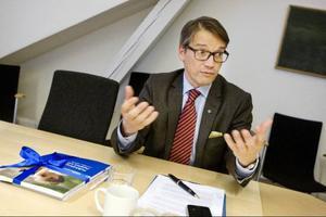 Den folkhälsopolitiska rapporten som skulle ha publicerats i dag ligger på bordet med snören omkring. Den får inte öppnas förrän på måndag av socialminister Göran Hägglund, den hinner nämligen inte bli färdig förrän då.