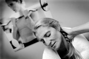 Sundsvalls stora basketprofil Helen Hedblom var nära att bli förlamad från nacken och nedåt efter en allvarlig skidolycka i våras. Men tack vare hennes fina grundfysik — efter år av träning — är hon så gott som återställd. Hon märker endast av stelhet i nacken när hon vrider huvudet. Förhoppningen är att Helen ska kunna göra comeback i basketens finrum om ett par månader.