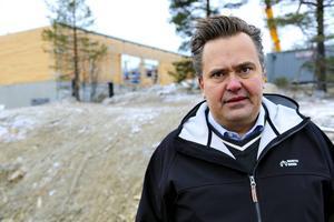Henrik Linusson tror att byggnaden kommer vara färdig att användas till första sportlovsveckan.