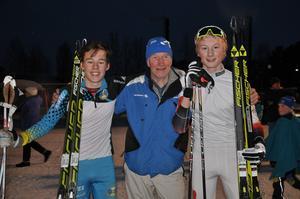 Gustav Hedström, Östersunds SK, och Gustav Pålsson, Utrikes SK Hammerdal, i herrar 15 omfamnas i målgång av legendaren Lars-Göran Åslund från Åsarna.