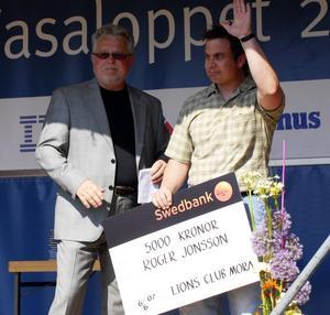 Stipendiat. Kais-Moras entusiastiske ledare Roger Jonsson får Lions ungdomsledarstipendium av Sven Helgesson.