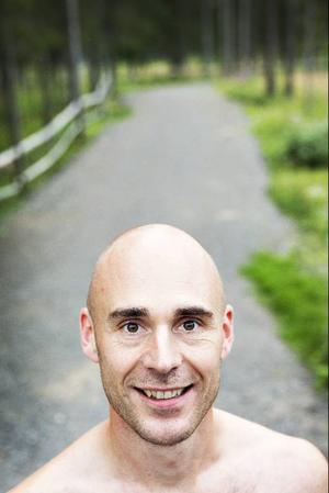 När Krister Holm gick över till att springa barfota gick han över till en löpstil där man sätter i framfoten först. Enligt förespråkarna för barfotalöpning är det ett mer naturligt sätt att springa och skonsammare för kroppen.