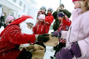 Julfesten avslutades med att tomten kom med godsaker till alla snälla barn.