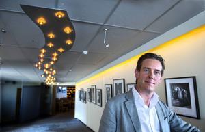 Patriks egen fotokonst hänger i hotellets korridorer och restaurang.