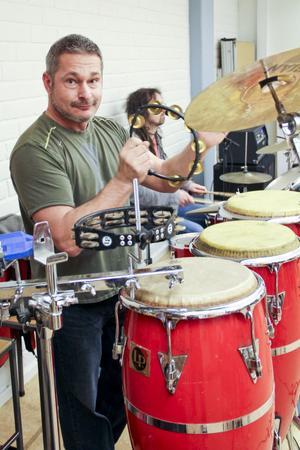 Pierre Lovén på slagverk och i bakgrunden Christian Johansson på trummor står för rytmerna.