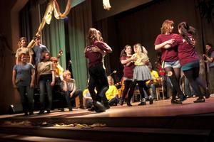 Hälsinge Låtverkstad består av 34 spelande, sjungande och dansande ungdomar från hela landskapet. Rötterna finns i den traditionella folkmusiken, men den skapas på nytt i dag.