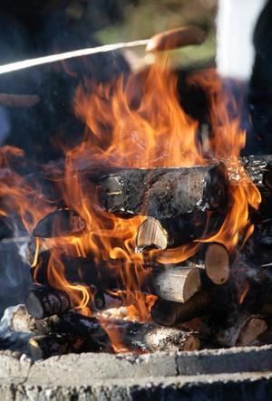 Använder man grillvätska är det viktigt att man aldrig sprutar på en grill som redan tänts.