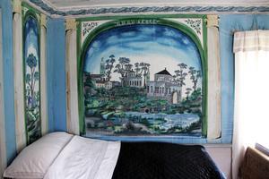 Sängstugan vid Pallars räknas som Hälsinglands bäst bevarade friliggande byggnad för övernattning vid fester. Även här har Blåmålarn dekorerat väggarna.