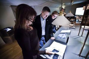 Hälsinglands Museums chef, Gunilla Stenberg, har lyckats få utställningen (O)mänskligt till Hudiksvall - Per Lodenius och Caroline Schmidt tog intresserat del av de kontroversiella inslagen.