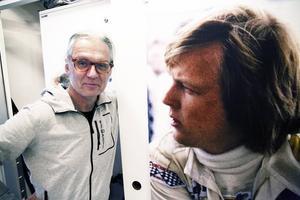 Lennart Jonasson fotade Ronnie Peterson och de andra Formel 1-stjärnorna i juni 1974, nu gör han en återblick och här blickar Ronnie i sin tur på Lennart på Galleri Mono