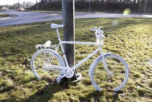 Första i stan. För tolv år sedan dök den första ghostbiken upp i USA, för att hedra omkomna cyklister och mana till mer hänsyn.