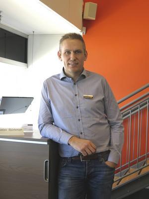 Förre SAIK-spelaren Gustav Björkman stortrivs med sitt liv, jobbet och familjen. Nu fyller han 40 år och ser positivt på tillvaron.