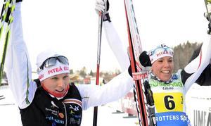 Kompisarna Mia Eriksson och Charlotte Kalla jublar ihop efter att Piteå Elit vunnit SM-stafetten ihop i januari.