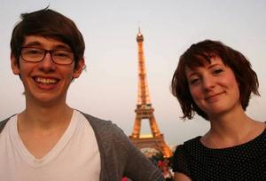 Daniel och Anna. Följ deras ofta dråpliga och omtumlande liv i Paris på arbetarbladet.se.