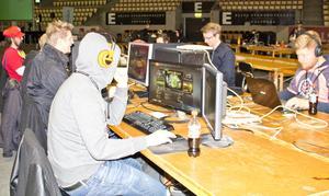 Många spelar olika spel under LAN-partyt. Populära spel är Counter-Strike, Hearthstone och Overwatch.