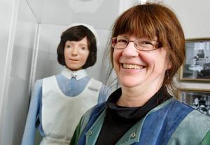 Sjuksköterskan förr och nu, men det är främst nutid som Karin Hallin.  doktorerat om.Foto: Ulrika Andersson