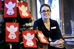 Ängel blir julklapp. För andra året i rad har Frälsningsarmén i Örebro en julgran full med julklapps-önskningar. Jenny Belin har nu i juletid fullt upp med att se till att så många som möjligt får en gåva.Foto: Håkan Risberg
