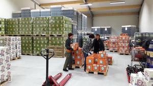 Full fart på Oppigårds lager i onsdags förmiddag. Ett helt nytt lass öl måste plockas ihop och paketeras. Fr v Sylvia Falkeström, Erika Olsson och Diana Caris.