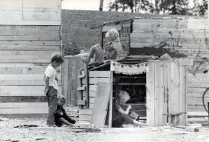 Bygglekplats på Bjurhovda 24 juni 1971.