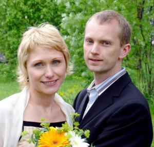 Alexandra Åström och David Bodin, Sundsvall, har den 12 juni vigts i Njurunda hembygdsgård. Vigseln förrättades av Vendela Enmarker. Bruden tar namnet Sandra Åström Bodin.Foto. Patrik Åström