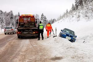 En bärgare tar hand om Värmlandsbilen.