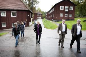 1906 grundades Brunnsviks folkhögskola av författaren Karl-Erik Forsslund, folkbildaren Uno Stadius och konstnären Gustaf Ankarcrona. Nu tågar rektorn Sofie Wiklund, i mitten, därifrån med övrig personal och elever.