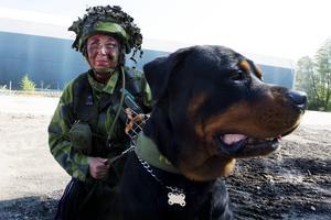 Hundföraren Christine Sellgren med sin hund Benny.