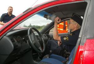 Polisen försöker säkra fingeravtryck från biltjuven som skadades vid kraschen. Han sågs senast på Hammarvägen då han blev upplockad av en liten blå bil.
