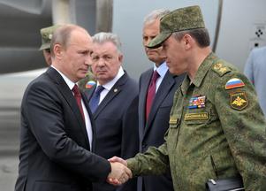 President Vladimir Putin skakar hand med generalstabschefen Valerij Gerasimov.