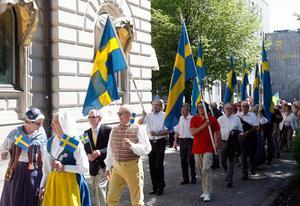 Många människor gick med i flaggtåget från Fiskartorget till Djäkneberget.