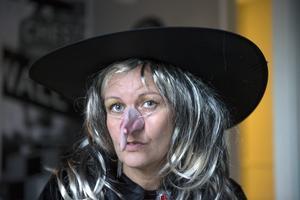 Eva Ström, föreståndare på Matfors och Granlo fritidsgård utklädd till häxa.