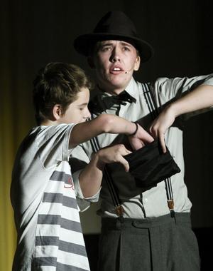 Här hjälper Andreas Nord en sjundeklassare, som presenterade sig som Robin från Sörvik, att trolla fram ett ägg.