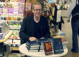 Jonas Moström signerar böcker och möter sina läsare.