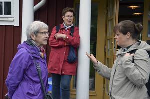 Ingrid Sigurdsson, i rött, har lockat med sig Ingrid Andersson på stillhetsvandring. Till höger diakon Elenor Kallberg.