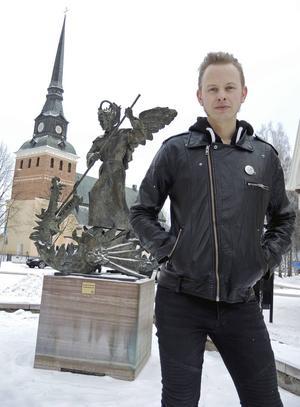 Efter att ha bott och verkat i Stockholm i flera år så flyttade Erik tillbaka till Sollerön i somras med sin familj och tog över barndomshemmet.