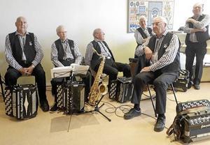 Malungs Dragspelsklubb har gästat SPF Skinnarbygd och på bilden syns fr v Ivan Rickardsson, Bernt Jonsson, Leif Thoors, Ingvar Eriksson, Sverre Hansson samt Bengt Albertsson.