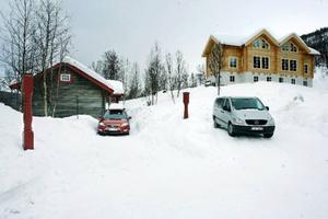 Det nybyggda och påkostade huset på Ramundberget (till höger) blev enligt grannarna alldeles för högt. En tabbe som de menar att kommunen har ansvaret för.