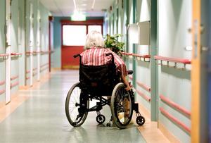 Många blir inlåsta. Socialstyrelsens bedömning är att nattbemanningen är för dålig på hela 58 procent av äldreboendena.