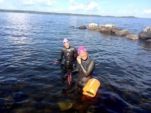 Mari Rutgersson och Christine Hägglund ska simma från Åre till Östersund. Nu har de kommit mer än halvvägs.