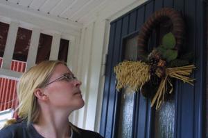Anna Aspaas kan vara lugn. De grå flugsnapparungarna i boet på julkransen på ytterdörren överlever.
