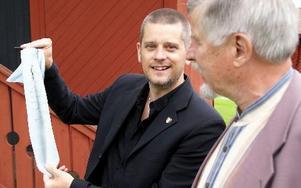 -- Detta är ju en raritet... den måste ramas in, sade en överraskad Marcus Birro som av Olavi Timonen, Ludvika, fick Milan-slips med bl a Gunnar Nordahls autograf.FOTO BOO ERICSSON